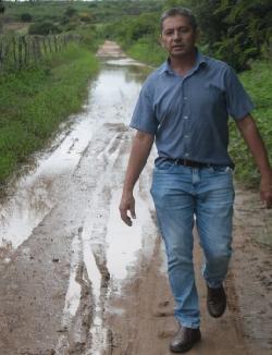 PREFEITO de Salitre, Dodó de Neoclides, como mostram os registros, vê estradas estragadas pelas chuvas e promete recuperação