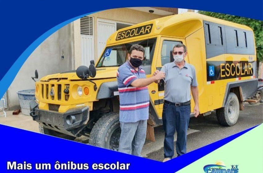 TONINHO, prefeito de Caridade do Piauí, como mostra o seu Instagram, junto com lideranças de Caridade a receber ônibus escolar