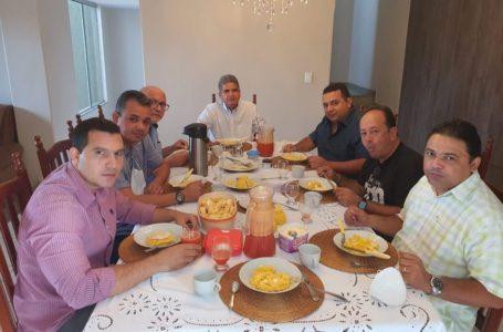PREFEITO de Caridade do Piauí, como mostra o registro, a tomar seu café da manhã com o seu colega Murilo, prefeito de Corrente