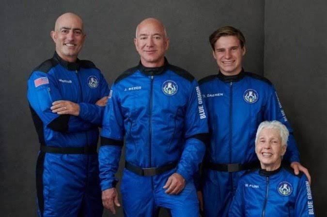 BILIONÁRIO Jeff Bezos conclui viagem até a borda do espaço com sucesso