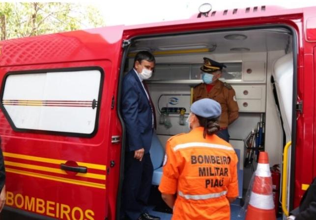 WELLINGTON anuncia concurso para Bombeiros e entrega ambulância à corporação
