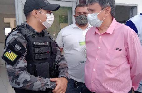 GOVERNADOR Wellington Dias e o capitão PM Gilson, comandante da 4ª Companhia de Polícia de Fronteiras, conversam no Aeroporto